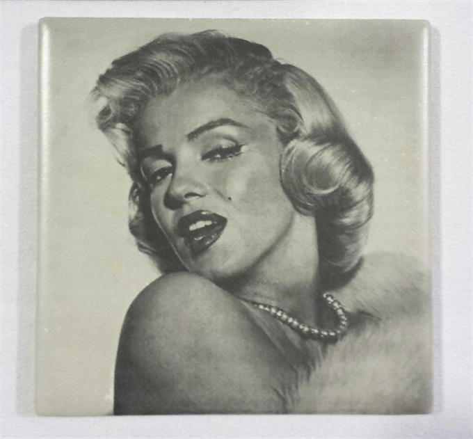 ceramic-tile-engraving-marilyn-munro.jpg